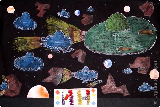 """Это моя летающая тарелка """"Дракон"""". Она предназначена для полетов в межзвездном пространстве и чтобы следить за порядком в Космосе, защищать его от пиратов.  Я скрепил две пластмассовые тарелки, сверху прикрепил половинку прозрачной круглой детали. Потом украсил """"винилкой"""". Опоры я сделал из карандашей обмотанных плёнкой. фото 3"""