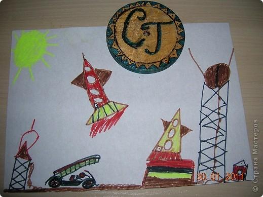 РАКЕТА-НОСИТЕЛЬ.  Я никогда ничего не делал из гофрированного картона. Поэтому решил попробовать по вашему мастер - классу сделать такую ракету. Очень понравилось ее конструировать. А назвал я ее Мечта. Потому что  я мечтаю побывать в космосе. фото 5