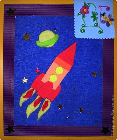 """ТЕМА 1.Конструируем космические аппараты.Наш космический корабль называется """"Друг"""",потому что он помогает маленькому космонавту в исследовании космоса.Корабль мы сделали из пластиковой бутылки,разрезали ее и сформировали форму ракеты с помощью скотча,потом оклеили бумагой и покрасили.Маленький космонавт был куплен в магазине,он из гипса,мы его просто покрасили и одели ему скафандр.Наш корабль предназначен для перевозки людей с одной планеты на другую или для доставки грузов,только небольших,потому что он сам небольшой. фото 2"""