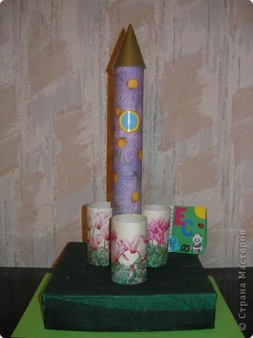 """Это моя ракета. Я назвала ее """"Цветочная"""". Ведь в космосе так не хватает цветов, природы. Ракета """"Цветочная"""" выполнена как копилка. фото 5"""