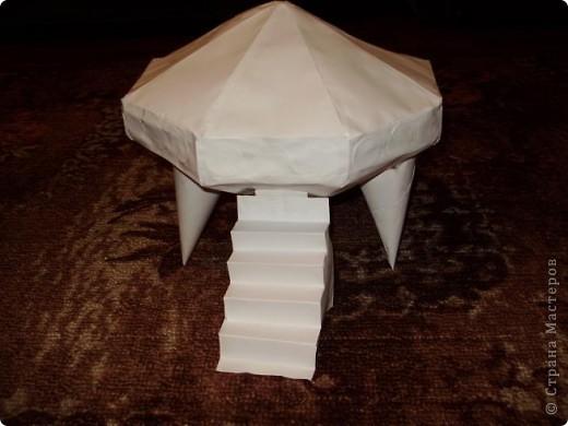"""Тема 1. Конструируем космические аппараты Эта ракета называется """"Первопроходец"""". Я назвала её так, потому что я её сделала самой первой как только увидела задание. Она сделана из гофрированного картона, пластилина, ниток и пластиковых баночек от йогурта """"Растишка"""". фото 6"""