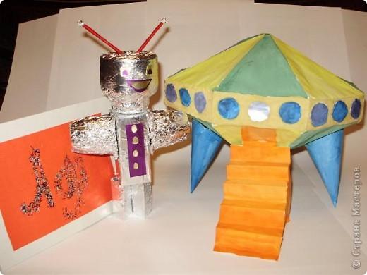 """Тема 1. Конструируем космические аппараты Эта ракета называется """"Первопроходец"""". Я назвала её так, потому что я её сделала самой первой как только увидела задание. Она сделана из гофрированного картона, пластилина, ниток и пластиковых баночек от йогурта """"Растишка"""". фото 10"""