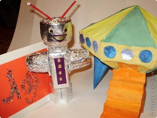 """Тема 1. Конструируем космические аппараты Эта ракета называется """"Первопроходец"""". Я назвала её так, потому что я её сделала самой первой как только увидела задание. Она сделана из гофрированного картона, пластилина, ниток и пластиковых баночек от йогурта """"Растишка"""". фото 11"""