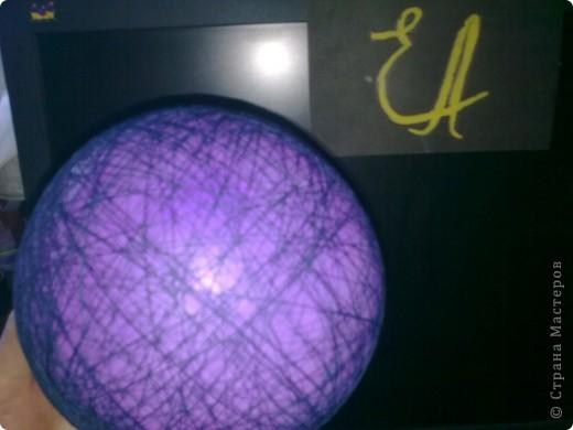 Это ракета Друг сделана из жестяной банки из под кофе, декорирована пластилином , ракетоносители-лаки для ногтей, губная помада, наверху конус из цветного картона. Предназначена для путешествий на другие планеты. Ракета Марс сделана из старых фломастеров, надпись сделана перловой крупой. Предназначена для исследования космического пространства.  фото 9