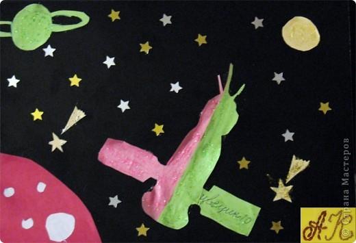 """Конструируем космические аппараты. Ракета-носитель """"Звездочка"""". Она из рулончика от туалетной бумаги, часть обклеенная серебряной бумагой остальное покрашено акриловой серебрянной краской, двигатели из свернутых рулончиков бумаги. Окошки из цветной бумаги.  фото 2"""