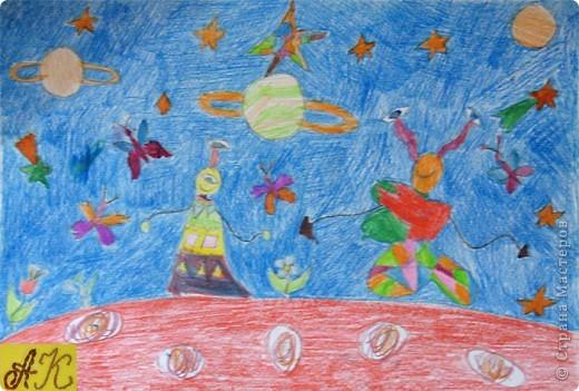 """Конструируем космические аппараты. Ракета-носитель """"Звездочка"""". Она из рулончика от туалетной бумаги, часть обклеенная серебряной бумагой остальное покрашено акриловой серебрянной краской, двигатели из свернутых рулончиков бумаги. Окошки из цветной бумаги.  фото 3"""