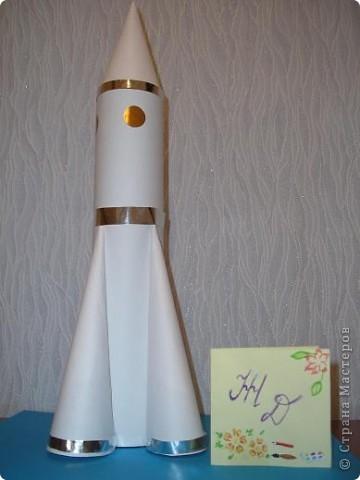 """Ура! Я успела! Вот моя ракета. Сначала я назвала её """"Сибирь"""", но потом у ракеты появилось множество других имён - """"Северчанка"""", """"Сибирячка"""", """"Снежинка"""", и даже """"Белоснежка"""".  Это очень мощная ракета.  фото 1"""