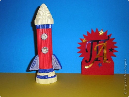 Тема № 1. Космический летательный аппарат из модулей. Её я сделала быстро. Модули остались от других поделок. Только обидно, что бумага не очень качественная и при сборке начала рваться. фото 3