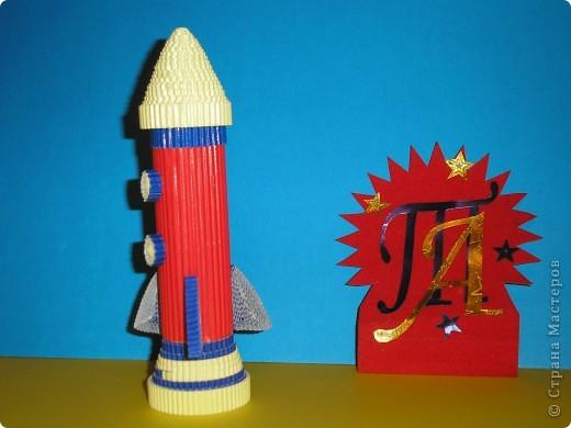 Тема № 1. Космический летательный аппарат из модулей. Её я сделала быстро. Модули остались от других поделок. Только обидно, что бумага не очень качественная и при сборке начала рваться. фото 4