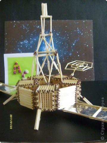 """...3...2...1...пуск! Первым я решила запустить в космос космический корабль """"Союз"""". Он сделан в технике """"квиллинг"""" из гофрированного картона по замечательному мастер-классу Елены Жуковой """"Союз"""" - это серия многоместных советских и российских космический кораблей, которые предназначены для полётов по околоземной орбите. фото 12"""