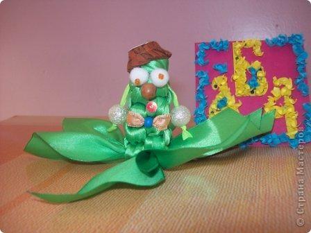 Это инопланетянка Зеленушка. Я сплела её из атласных лент. Шляпка у Зеленушка из верхушки от зонтика. фото 1