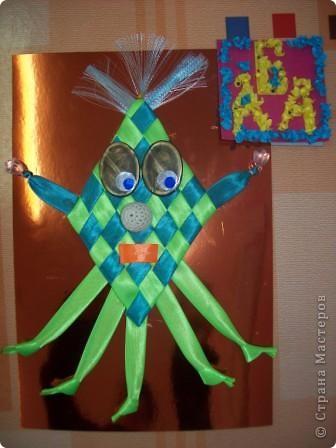 Это инопланетянка Зеленушка. Я сплела её из атласных лент. Шляпка у Зеленушка из верхушки от зонтика. фото 2