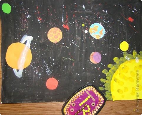 Свой четвертый полет Виктор начал с создания телескопа, иначе как рассмотреть то, что твориться в далеком космосе. (Сын смастерил телескоп из картона, баночки от ватных палочек и упаковочной бумаги).  фото 2