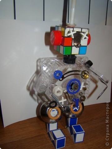 Свой четвертый полет Виктор начал с создания телескопа, иначе как рассмотреть то, что твориться в далеком космосе. (Сын смастерил телескоп из картона, баночки от ватных палочек и упаковочной бумаги).  фото 11