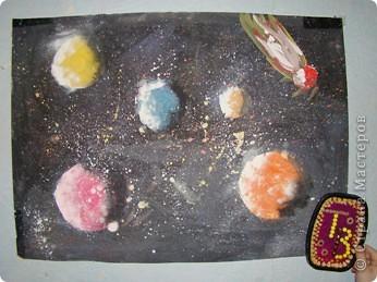 Свой четвертый полет Виктор начал с создания телескопа, иначе как рассмотреть то, что твориться в далеком космосе. (Сын смастерил телескоп из картона, баночки от ватных палочек и упаковочной бумаги).  фото 7