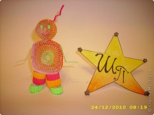 Всем привет!!!Меня зовут Полина Шольц.Я люблю желтый и красный цвет.Я долго думала какой из этих цветов мне выбрать и пришла к такому выводу, что цвета на моей монограмме будут будто переливаться от желтого в красный цвет.Ночью я люблю смотреть на звезды и поэтому моя карточка в форме звезды.Чтобы было покрасивее на кончики я приклеила бусинки. фото 10
