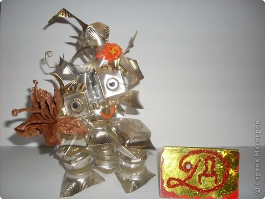 """Робот """"Глазастик-сладкоежка"""" сделан из ячеек от конфет, поэтому очень любит сладости. фото 1"""