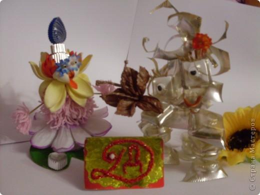 """Робот """"Глазастик-сладкоежка"""" сделан из ячеек от конфет, поэтому очень любит сладости. фото 3"""