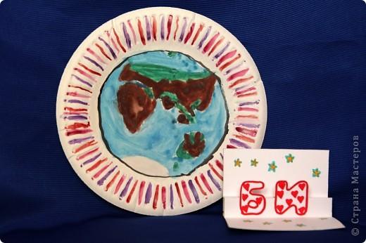 Это вид планеты Помидор из космоса. На этой стороне планеты живут ЗеленкИ. Они изобразили свой портрет разными природными материалами: камнями, озёрами, высадили деревьями, чтобы прилетающие гости знали, где живут Зеленки.  Эта работа-аппликация из пластилина.  фото 4
