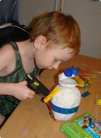 Свой четвертый полет Виктор начал с создания телескопа, иначе как рассмотреть то, что твориться в далеком космосе. (Сын смастерил телескоп из картона, баночки от ватных палочек и упаковочной бумаги).  фото 18