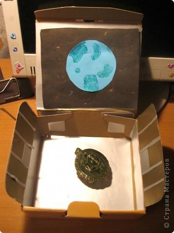 это инопланетянин, который прилетел ко мне на летающей тарелке. он с планеты Голубой Алмаз. она очень похожа на Землю. это глиняный рельеф. фото 6