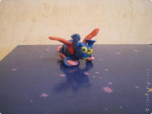 Спасение Голубой планеты(мой новый друг). Корабль «Мечта»  полетел спасать Голубую планету, надо успеть до взрыва. Мы послали спутнику сообщение о том, что летим на помощь. Спутник направил нам навстречу голубой луч, который показывал   путь во  Вселенной.  И вот голубой шарик перед нами! Голубасики голубыми платочками махали нам.  Они нам верили. Мы с Облачком нарисовали много облаков вокруг Голубой планеты - мягких, воздушных, пуховых. И когда метеорит подлетел к планете – облака оттолкнули его.  И голубасики выпустили в небо миллион голубых шаров! Жители Голубой планеты как маленькие эльфы взлетели вслед за шариками в небо,у каждого крылышки светились разным цветом. Тысячи огоньков исполняли изумительный танец радости.  Планета спасена!   Голубасики научили нас понимать язык птиц и животных.  Теперь у меня есть подружка  Голубася.  фото 2