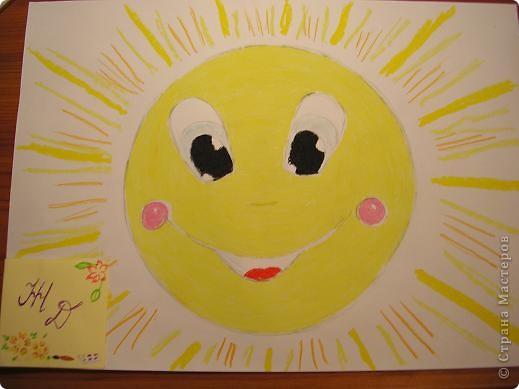 Здравствуйте! Вот и моё солнышко! Я нарисовала его масляной пастелью. По-моему получилось весёлое солнышко которое каждое утро встречает нас своим теплом! фото 1
