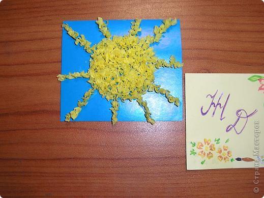 Здравствуйте! Вот и моё солнышко! Я нарисовала его масляной пастелью. По-моему получилось весёлое солнышко которое каждое утро встречает нас своим теплом! фото 2