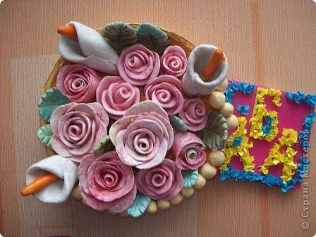 Тема 4. Розы - мои любимые цветы. Их называют королевами красоты. Роза - древнейший цветок в истории человечества. Выращивать розы и отбирать лучшие образцы начали еще за три тысячелетия до н.э. в древнем Китае. По преданиям, первые поразительной красоты дикие растения роз, созданные самой природой, были принесены с берегов Янцзы и Хуанхе. Древнекитайские садовники любовно ухаживали за розами, подмечая и выбирая самые прекрасные. Некоторые источники ссылаются также на опыт садовников Древнего Египта, научившихся добиваться обильного и почти непрерывного цветения роз в течение всего года. Родиной розы считается Древняя Индия и Средняя Азия, откуда цветок розы попал в Малую Азию, Грецию и далее в Европу. У древних народов Востока роза всегда была священным и глубоко почитаемым цветком. В Древней Индии розе принадлежал статус цветка хранителя Вселенной Вишну, поэтому жрецы украшали розами храмы, лепестками роз устилали путь во время религиозных торжеств и праздничных процессий. Считалось, что созерцание цветущих роз проясняет рассудок, исцеляет душу и приводит ее в гармонию с миром. Особым почетом роза пользовалась в Древней Персии, где она считалась цветком Аллаха и его подарком людям. В Россию роза попала из Болгарии.  Роза используется в парфюмерии как самостоятельно (розовое масло), так и для создания парфюмерных композиций. Розовое масло входит в состав  мужской и женской парфюмерии. Целебные свойства розы были известны с античных времен. Однако в настоящее время западная медицина мало использует розу, в то время как на Востоке отношение к ней не изменилось. В средние века розой лечили огромное количество заболеваний:головную боль, желудочные расстройства, застойные явления в печени, лихорадку (чуму), глазные инфекции и кожные заболевания.Розы нередко используются в кулинарии в качестве ароматизатора. Также популярно варенье из розовых лепестков. фото 1