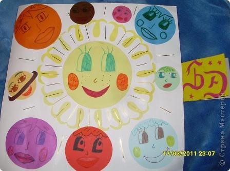 """Задание 2. Мастерим Солнце и планеты. Солнечная система. Мне захотелось представить нашу Солнечную систему, как дружный хоровод планет. В центре - Солнышко, согревающее нас теплом и дающее свет.  В астрономии есть такое понятие  """"Парад планет"""", когда  все планеты выстраиваются  в один ряд. А у меня  получился хоровод. фото 1"""