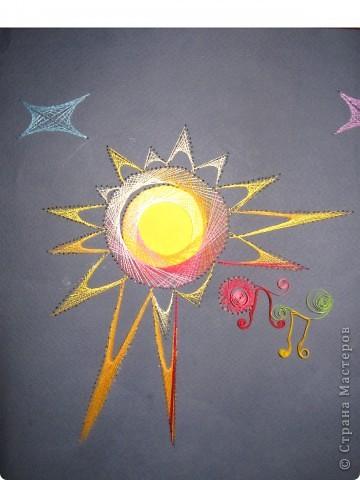 У Солнца много тепла. Даже камни, которые на Земле могут существовать в любых условиях, на Солнце плавятся и превращаются в газ. Даже солнечные зайчики, рожденные солнцем, сбегают от него на Землю, чтобы здесь бегать по стенам домов, плескаться воде и прыгать по деревьям. фото 1