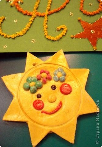 Наконец-то мы возвращаемся домой, в нашу Солнечную систему. Я так этому рада, что решила устроить парад Солнц.  Солнце из гофрированного картона, веселое и ласковое. Оно спряталось под зонтиком, чтобы не было дождя. фото 3