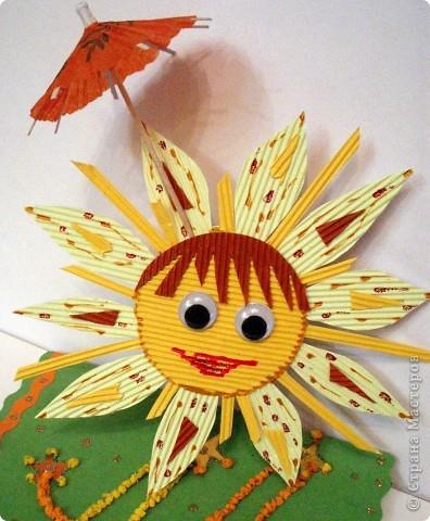 Наконец-то мы возвращаемся домой, в нашу Солнечную систему. Я так этому рада, что решила устроить парад Солнц.  Солнце из гофрированного картона, веселое и ласковое. Оно спряталось под зонтиком, чтобы не было дождя. фото 1