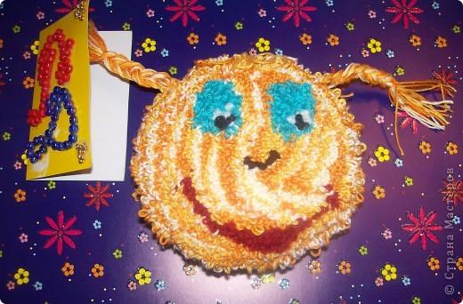Мое солнышко в ковровой технике. Увидела, как мама делает красивые подушечки, и захотела такое солнышко. Ох и намаялась я с ним....... конечно же мама помогала..... Получилось очень мягенькое и пушистенькое.  фото 1
