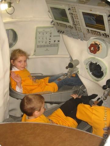 Уррааааа! возвращаемся домой! в солнечную систему!!! это я в космическом тренажоре Союз ТМА в нашем планетарии фото 1