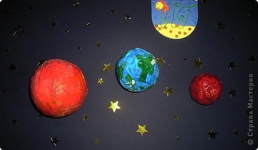 Я сделала 3 планеты Солнечной системы:Землю,Марс и Венеру.Они выполнены в технике папье-маше.Марс еще называют красной планетой.Марс в 2 раза меньше Земли.Названа эта планета римлянами в честь бога войны.Значительная часть поверхности планеты покрыта красноватым грунтом с большим количеством камней.Встречаются огромные каньоны,вулканы,горные хребты и ледники.Марс-самая близкая к Земле планета.Венера названа в честь древнеримской богини любви.Поверхность Венеры очень горячая,даже ночью температура остается высокой.Благодаря толстой пелене облачности и углекислого газа планета не остывает.Земля-единственная планета в Солнечной системе,на которой есть жизнь.Земля в космосе похожа на голубую жемчужину,така как большую часть ее поверхности занимает океан. фото 1