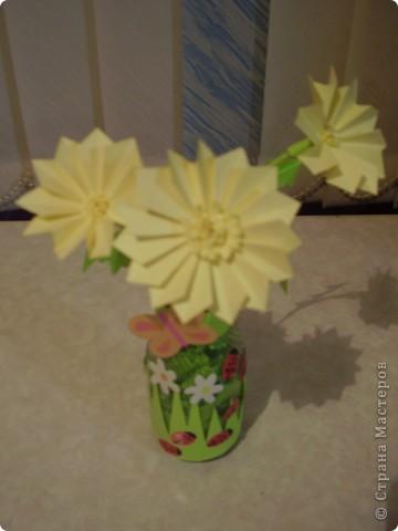 """Вот такие цветочки появились у меня дома. Цветочки и листочки выполнены в технике """"оригами"""". А оформление баночки я подсмотрела у дочки в книге  """"Подарок маме"""". фото 2"""