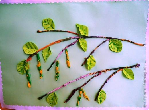 Рядом с нашим домом растёт берёза. Она высокая и стройная. Весной на ней распускаются серёжки. Берёза очень красива в белом сарафане и с серёжками. Для изготовления веток я скрутила салфетки. Чтобы сделать серёжки я взяла гофрированную бумагу двух цветов: жёлтую и зелёную. Сделала надрезы и скрутила. Листья сделала из цветной бумаги. На прожилки нанесла глиттер.  фото 1