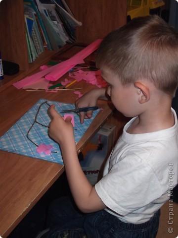 На этой картине Даниил (под маминым руководством) изобразил цветущую веточку розовой яблони.    фото 3