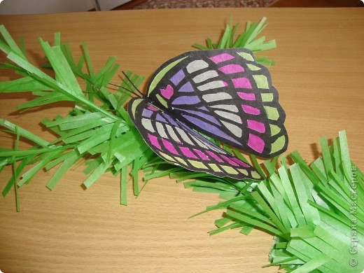 Такую бабочку в технике витраж Оля сделала по фотографии. Только цвета пришлось изменить, т.к. исходили из имеющегося набора бумаги для витражей. На окне работа смотрится красиво. фото 1