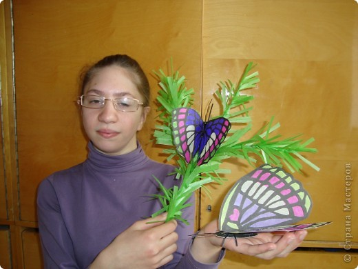 Такую бабочку в технике витраж Оля сделала по фотографии. Только цвета пришлось изменить, т.к. исходили из имеющегося набора бумаги для витражей. На окне работа смотрится красиво. фото 4