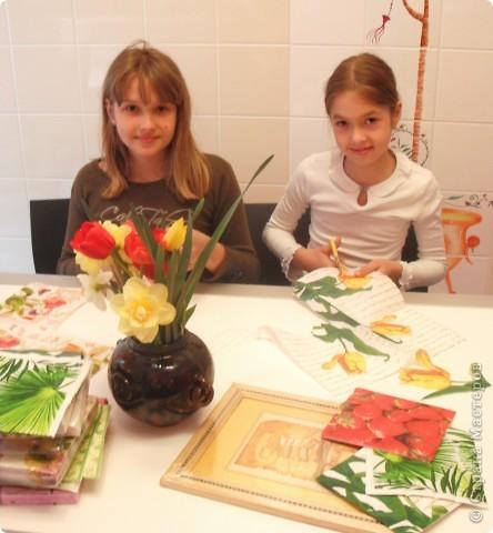 Ничто так не радует наших мам, бабушек, теть на даче, как этот весенний букет садовых цветов на кухонном столе! А какой цвет, какой аромат!  Эта работа выполнена в технике декупажа с элементами объемного моделирования. Надеемся, что на этой фотографии видно, что ваза объемная. фото 4