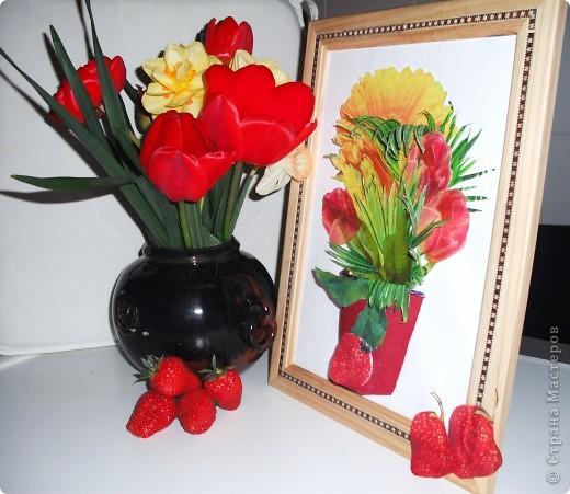 Ничто так не радует наших мам, бабушек, теть на даче, как этот весенний букет садовых цветов на кухонном столе! А какой цвет, какой аромат!  Эта работа выполнена в технике декупажа с элементами объемного моделирования. Надеемся, что на этой фотографии видно, что ваза объемная. фото 1