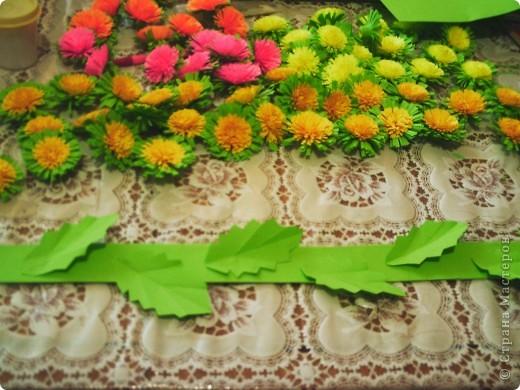 Веночек из одуванчиков мне очень захотелось сделать!!!! Раньше, в детстве, у нас были целые поляны. А сейчас - лужайки. Маленькие островки цветочков - солнышек. Мало их стало! фото 4