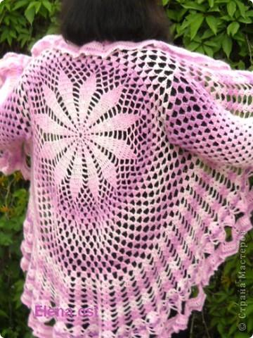 Оригинальный вязаный жакет выполнен из секционной пряжи. В исполнении достаточно прост, что придает ему дополнительное очарование. Вдохновленная строением паутины, я создала эффектный весенний наряд. Вяжется изделие по кругу, почти как паучок плетет свои ловчие сети.  фото 3
