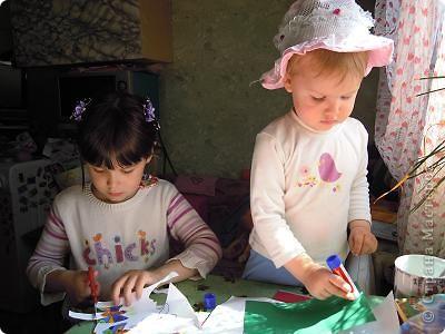 Ландышы белоснежные в вазе на салфетке. Лиза 6 лет и Ариша 2 года делали с помошью мамы. Вот что у нас получилось: фото 5