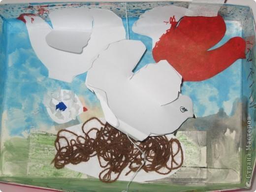 В нашей работе мы взяли корочку от детской косметики, обрезали ее, затем Катюша сама, на свое усмотрение нарисовала небо и травку, добавила черного цвета, чтобы была земля: Гули любят собирать камушки! Вместе мы сделали солнышко (я нарезала полосочки и кругляшки,  а Катя клеила) фото 2