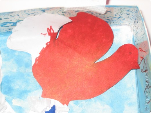 В нашей работе мы взяли корочку от детской косметики, обрезали ее, затем Катюша сама, на свое усмотрение нарисовала небо и травку, добавила черного цвета, чтобы была земля: Гули любят собирать камушки! Вместе мы сделали солнышко (я нарезала полосочки и кругляшки,  а Катя клеила) фото 5
