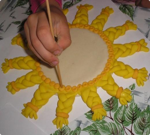 Солнышко с одуванчиком из соленого теста. Можно повесить на стенку. У меня ещё оно не очень хорошо высохло.  фото 4
