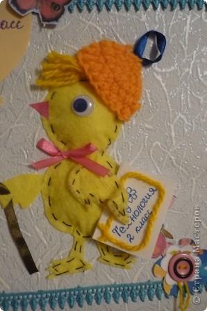 Сделала цыпленка, идущего на урок. Цыпленок-салфетка прошитая по краю и приклеенная на супер-клей, внутри кусочек ваты. Шапочка связана крючком. фото 4